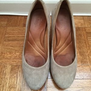 Size 6 Taupe heels in suede