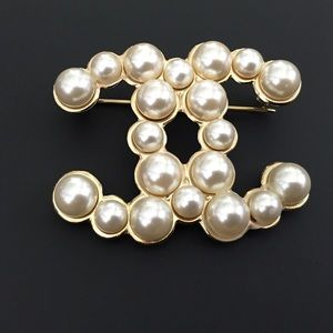 100% GORGEOUS AUTH CHANEL PIN WITH LARGE PEARLS .