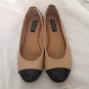 Shoes - Tan and black flats