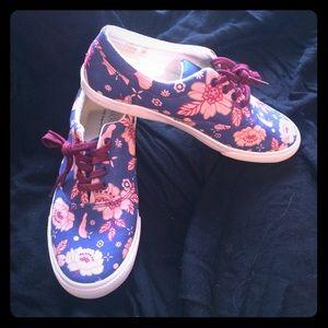 NWOT bucket feet sneakers