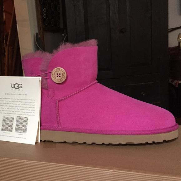 f694f07b3e2 Ugg boots mini Bailey button size 10 NWT