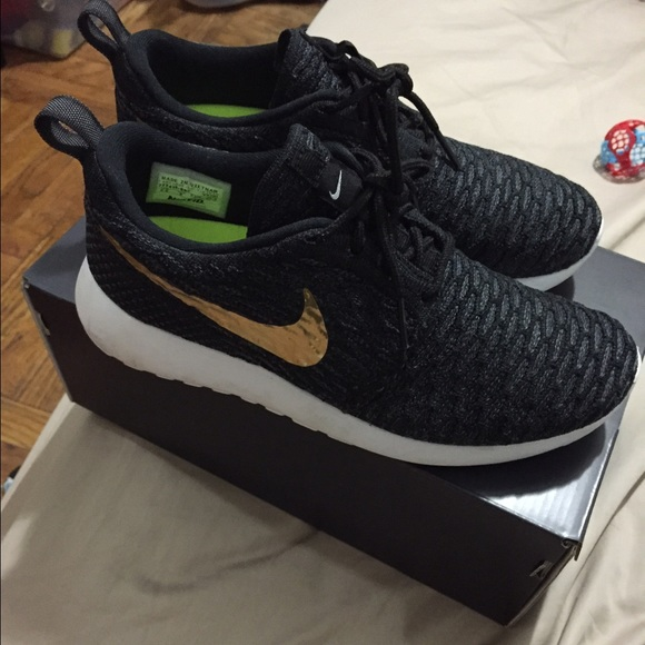 wholesale dealer 10db5 99828 Nike Flyknit Roshe Run Nike ID black gold. M 55c6befe2cbedc486500872b