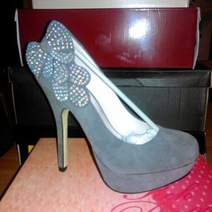 Grey pumps with shimmery bow.