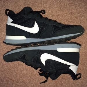 Nike internationalist mid sneaker