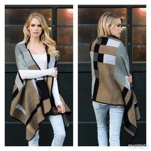 That glam girl boutique Sweaters - ❗️1 left❗️Color block poncho