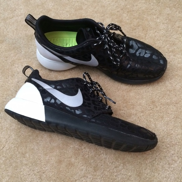 adae851d41e3 Nike Cheetah Black   White Roshe 7.5 Women s Shoes.  M 55cc75c100a0fd6d9800307d