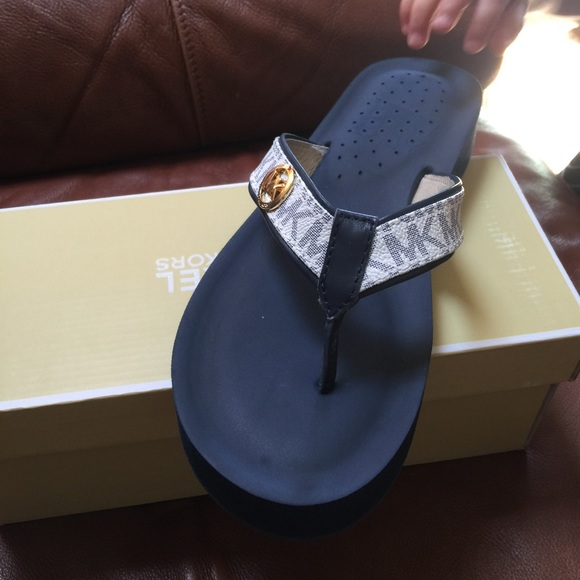d97cb3eeb Brand new Michael kors gage flip flops!!❤️