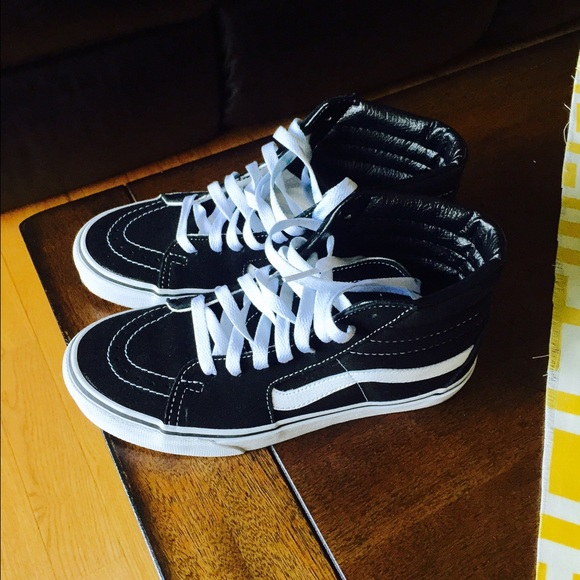 61f69871edabd0 NEW Black And White High Top Vans. M 55ce27d9c5e8901aa900b79d