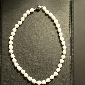 Jewelry - Pearl necklace w/appraisal $690 NWOT