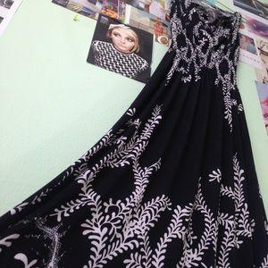 Dresses & Skirts - Black & White Print Maxi Dress