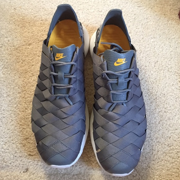 black nike roshe run size 8