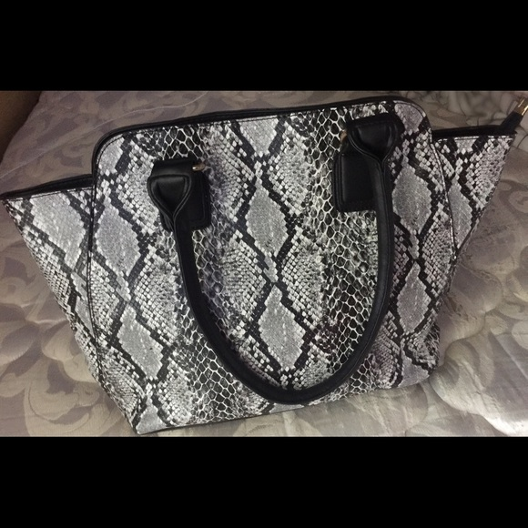 Handbags - 🆕Snake Skin FauxLeather ToteGreyWhiteBlack Zipper