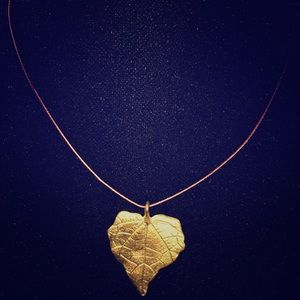 Jewelry - Short necklace w gold toned leaf charm
