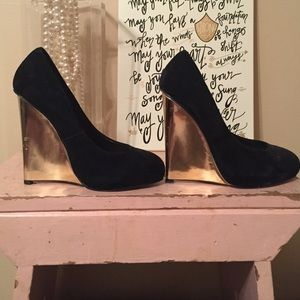 Black wedges with gold wedge