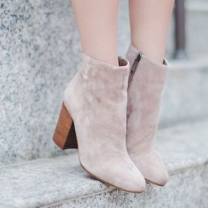 VINCE CAMUTO nude booties