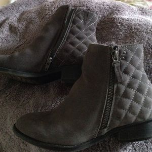 White Mountain Booties , size 7 excellent Cond.