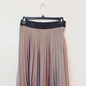 H&M Dresses & Skirts - Light Grey Pleated Skirt