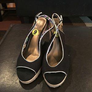 Tahari Shoes - 👠Cute Sling Backs👠