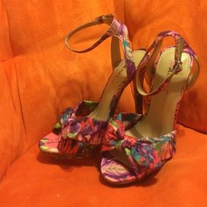 High heel floral print  2 1/2 inch tall siZe 7