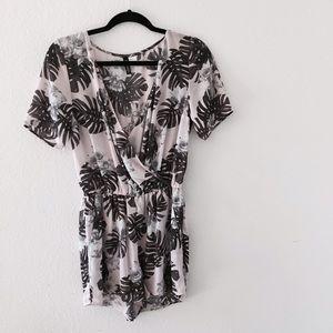 H&M Dresses & Skirts - H&M Palm Print Soft Pink Romper 💕