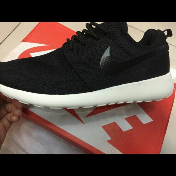 creencia occidental Abiertamente  Nike Shoes | Black On Black With White Sole Nike Roshes | Poshmark