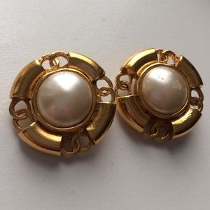 CHANEL Jewelry - Authentic vintage gold Chanel clip on earrings