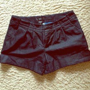 Pleaded cuffed dark denim shorts