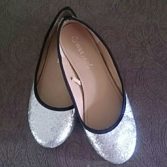 Oct 24,  · Part 1. Prepping the Shoes. 1. Choose a pair of pumps to glitter. You can apply glitter to the entire shoe, or to just one part, such as the heel or the sole. Make sure that the pumps are smooth. Any textures or embellishments, such as bows or rhinestones, will make it difficult for the glitter to stick%(7).