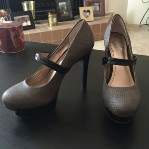 BCBGeneration stacked gray/black heels