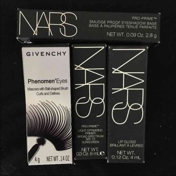 Formulated to work beautifully with most skin tones and hair colors, this easy to use eyebrow pencil goes on smooth an natural: the creamy pomade formula never tugs or pulls at the delicate eye area so it protects brows and skin form unnecessary damage.