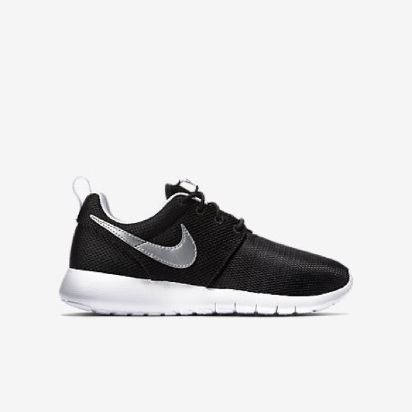 Size 6 in girls black Nike roshes