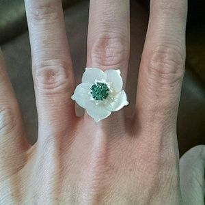 Jewelry - Statement ring! Pearl look flowers with emeralds