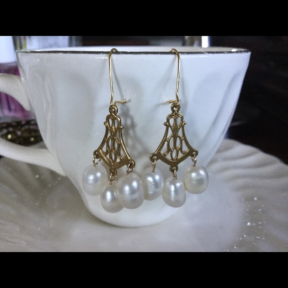 Jewelry - 💕🌺 Gold Tone & Freshwater Pearl Earrings 🌺💕