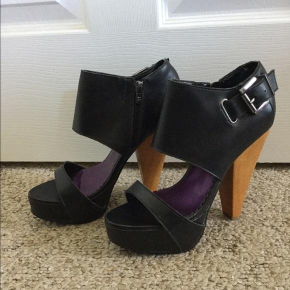 Z. Cavaricci Shoes - 🌺💕 Z. Cavaricci Navy Heels💕🌺