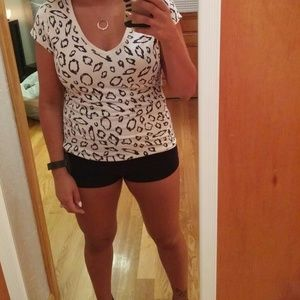 Tops - Cute white and black Leapord spotted vneck tee