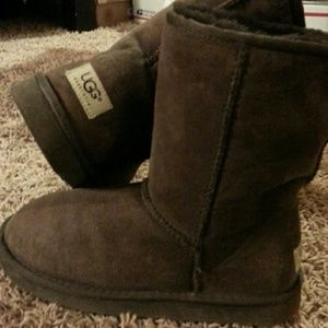 Uggs Shoes - Short dark Brown classic UGGS 7 to 7.5