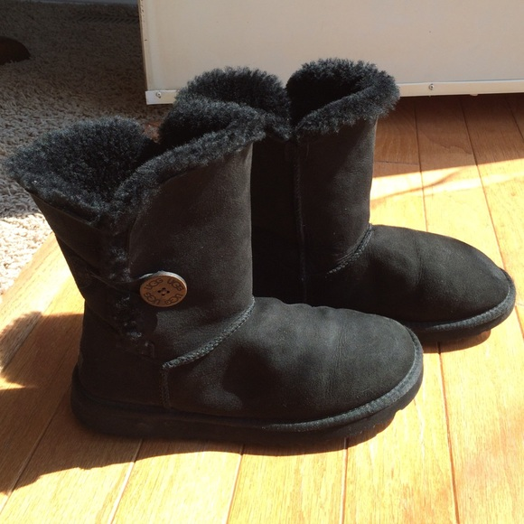 d97d2e70faf Like New! Black Uggs w/Bailey Button