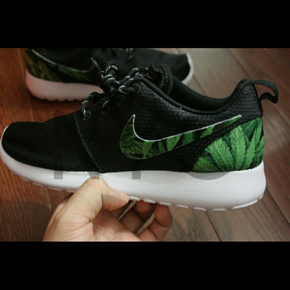 wholesale dealer 9de86 28c7c Cannabis Weed Print Nike Roshe Run Custom