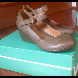 New Clarks women's wedge shoes size 9.5