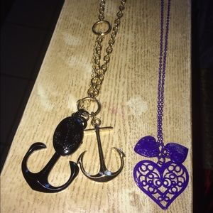 Set of two short necklaces.