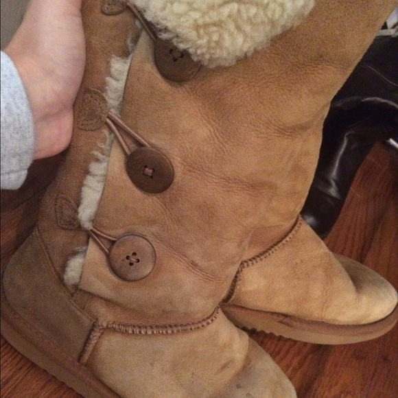 tan bailey button uggs