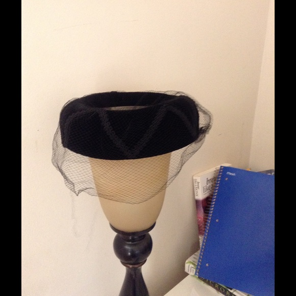 Accessories - Vintage 1960s pillbox hat! Black crushed velvet