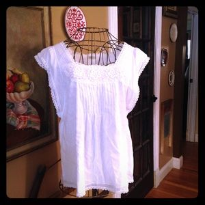 Cute white embroidered top SZ large