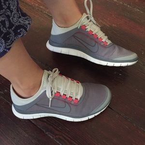 Nike Shoes - NIKE • Grey/white Free Run 3.0