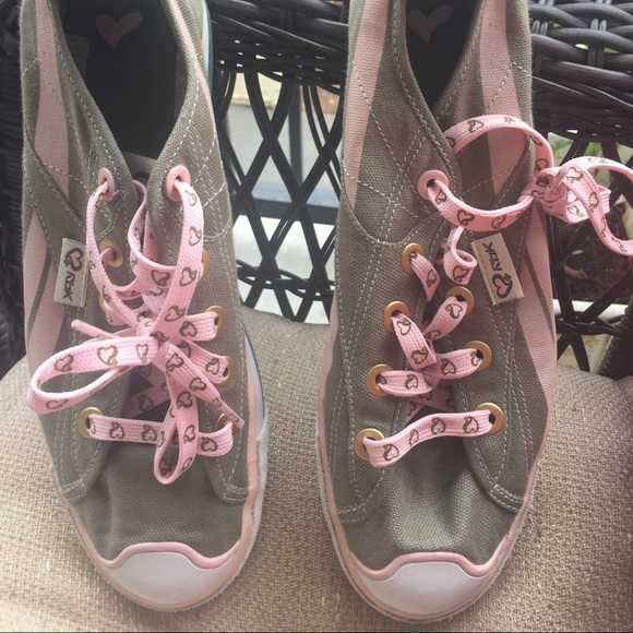 b13291f8101 Never worn reebok size 9 army and pink shoes