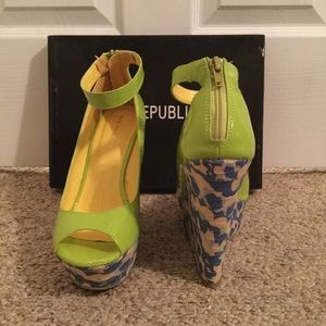 Shoe Republic LA Shoes - 💕🌼 Green Edee Wedge Peep Toe Sandals 🌼💕