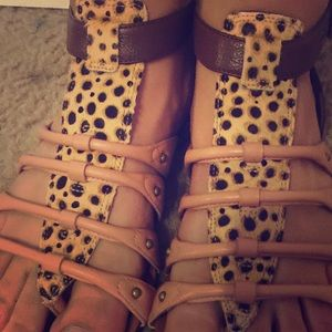 🎈🎈slightly worn sandals- Size 4(women)🎈