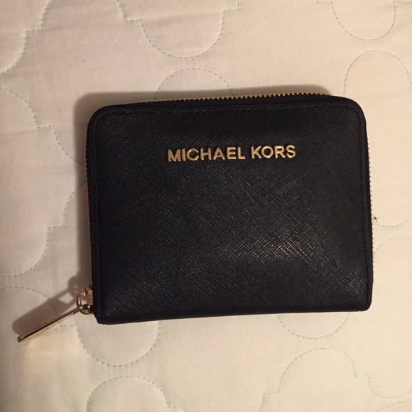 edf5b9879ba1 Michael Kors Jet Set Medium Zip Around Wallet. M 56138504a7226511c5020dce