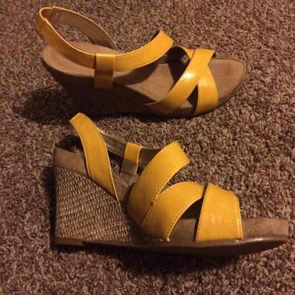 60 aerosoles shoes mustard yellow sandal wedges