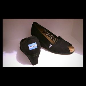 TOMS Shoes - TOMS black wedges